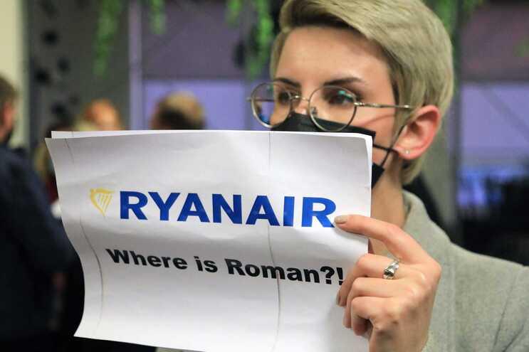 Passageiros que estavam no avião manifestam apoio ao jornalista detido