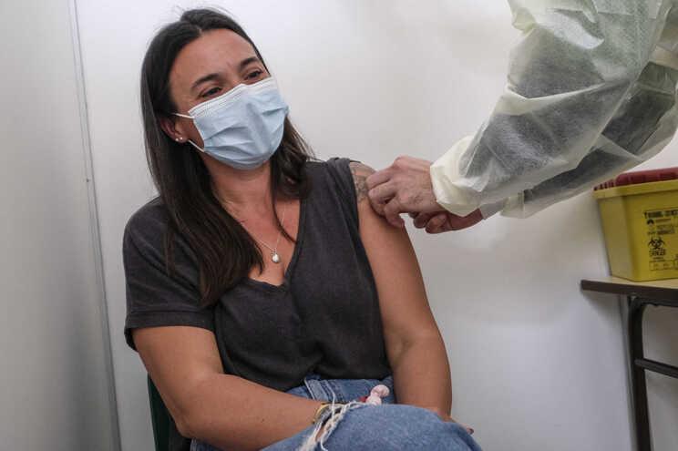 No grupo entre os 25 e 49 anos ainda só 20% estão imunizados