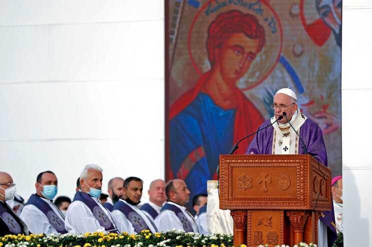 Francisco despediu-se este domingo do Iraque, depois de três dias de visita, numa missa perante 10 mil