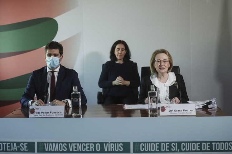 A diretora-geral da Saúde, Graça Freitas, acompanhada pelo diretor do Departamento da Qualidade na Saúde