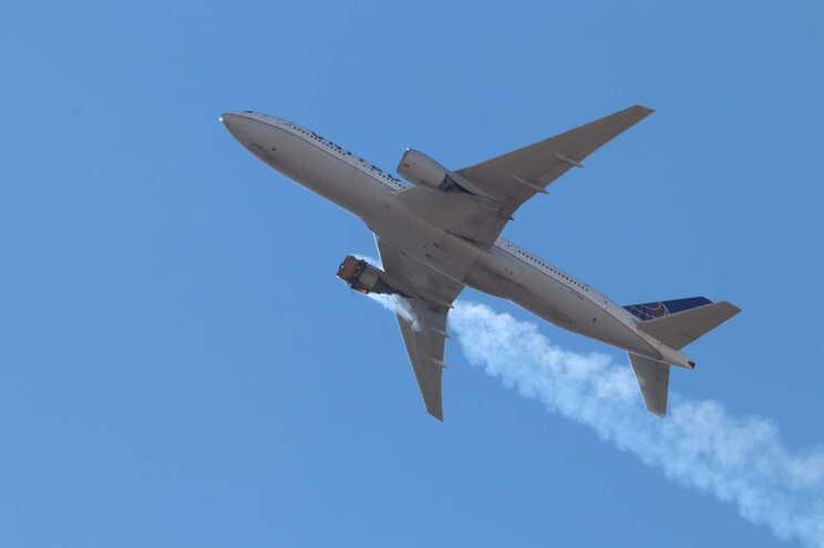 Um Boeing 777-220 da United Airlines foi forçado a regressar ao aeroporto de partida depois de o motor