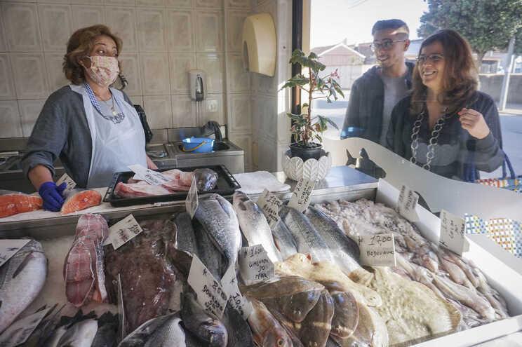 Portugueses regressam em força ao comércio tradicional