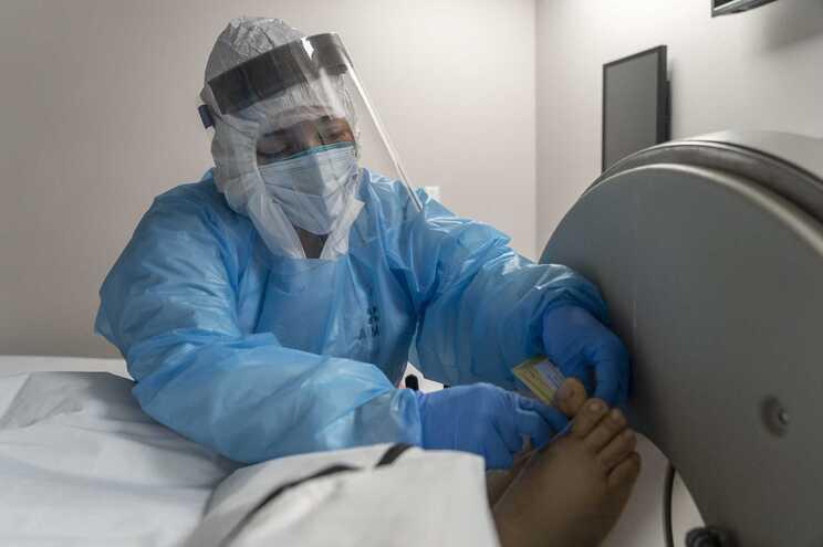 Enfermeira identifica vítima mortal de covid-19 num hospital de Houston, nos EUA