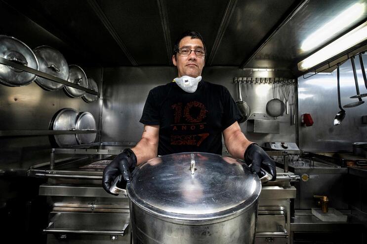 Sérgio Simões é cozinheiro em navios desde os 15 anos e garante que durante um mês não repete pratos