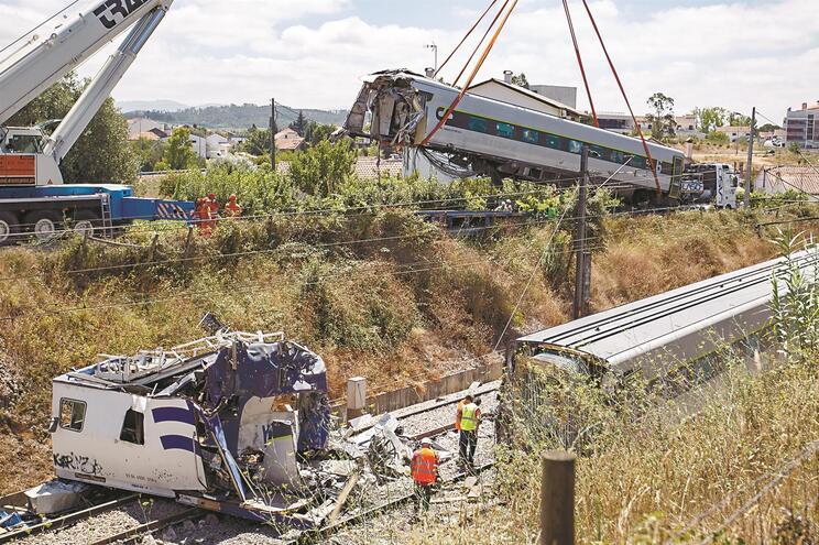 Colisão entre Alfa Pendular e máquina de manutenção da ferrovia causou dois mortos e 51 feridos