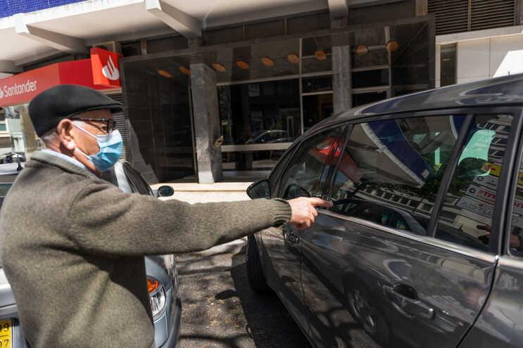 Horácio Martinho, 79 anos, é porteiro do prédio em frente mas não viu a criança no carro