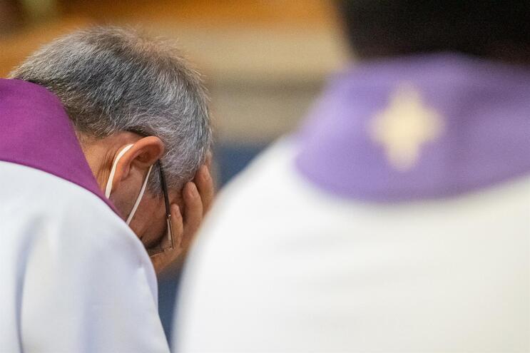 Momentos de emoção entre os párocos e bispos presentes na cerimónia