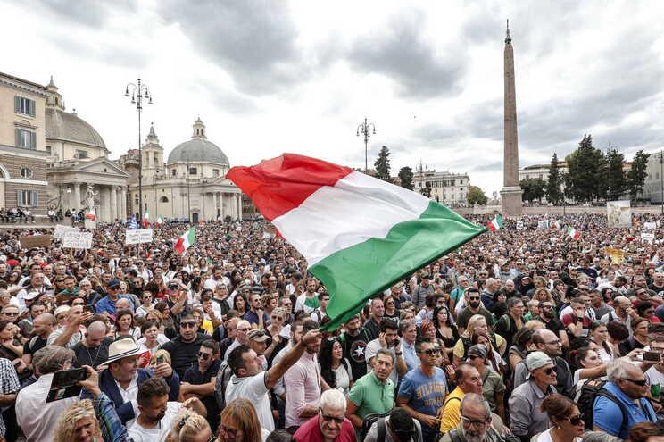 Trabalhadores italianos contra passe covid-19 ameaçam bloquear portos