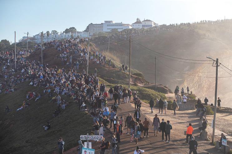 Milhares de pessoas juntas, ontem, na Nazaré, para ver as ondas gigantes