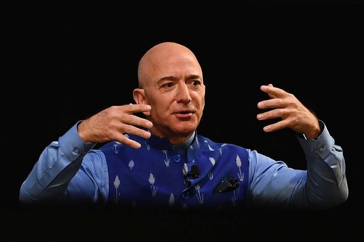 Jeff Bezos investiu 300 mil dólares na Amazon em 1994 e hoje a empresa vale  1,7 biliões.