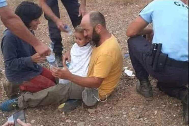 Noah ao colo do pai pouco depois de ter sido encontrado no meio do mato
