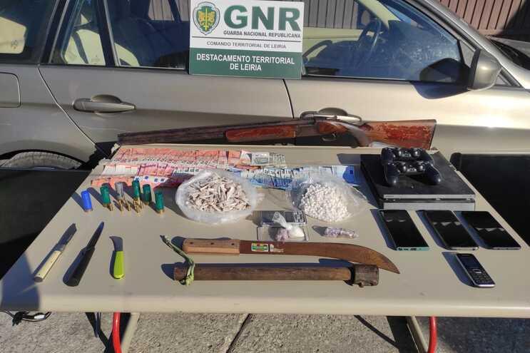 Droga e armas apreendidas pela GNR a traficantes