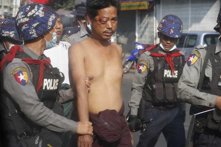 Forças de segurança usaram munições reais contra manifestantes em Myanmar