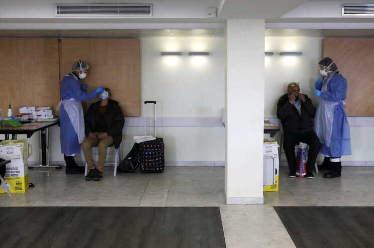 Para entrarem em França, os viajantes dos cinco países devem apresentar um teste PCR negativo realizado