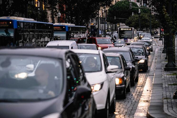 Compra de automóveis desce pela primeira vez em sete anos