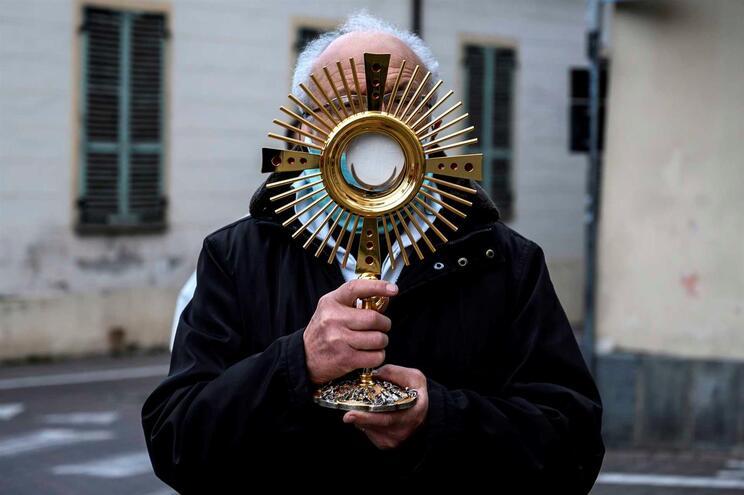 Padre italiano multado por percorrer ruas com crucifixo