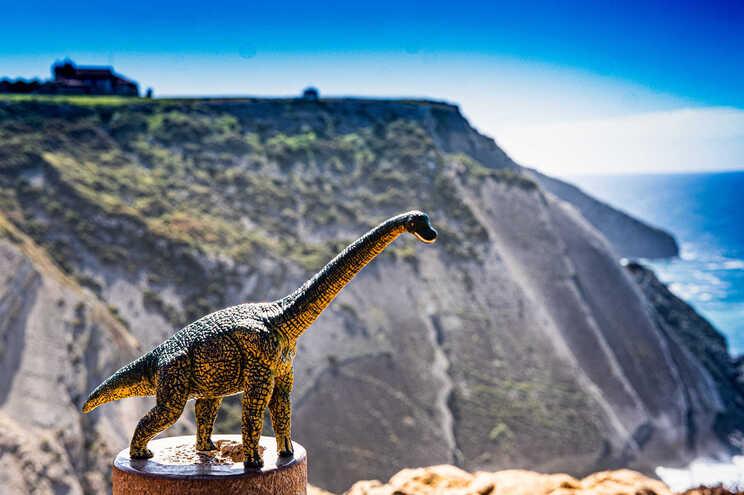 Representação de dinossauro perto da zona onde foram encontradas pegadas