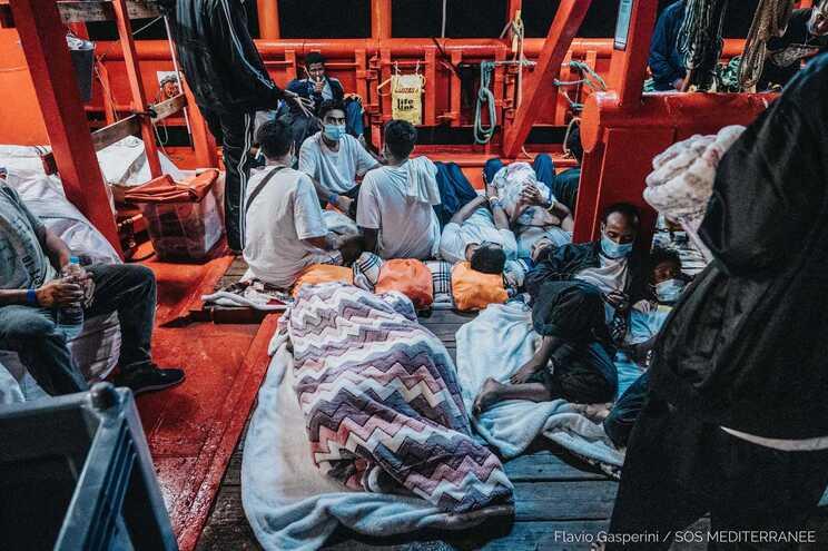 Migrantes resgatados no Mediterrâneo