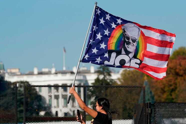 Principais órgãos de comunicação social norte-americanos dão a vitória a Biden com 306 delegados do Colégio