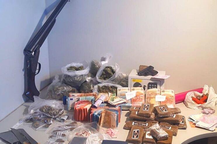 Armas, droga e milhares de euros foram apreendidos pela PSP