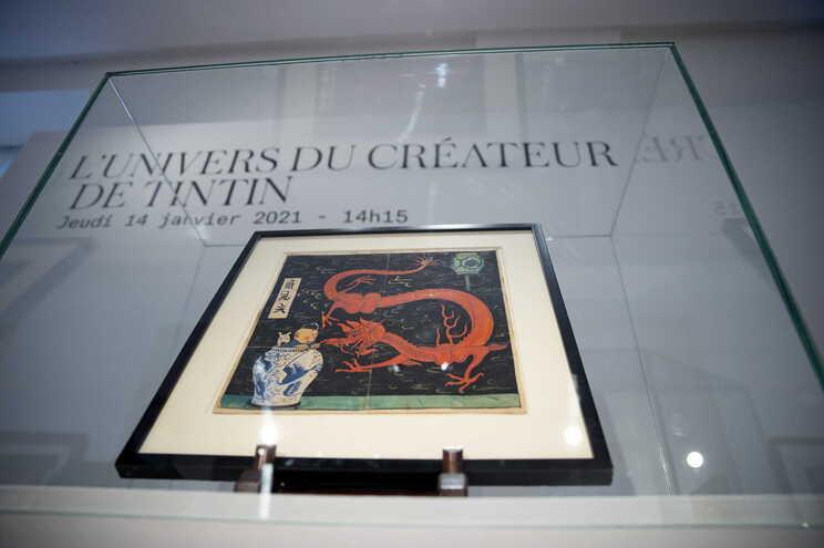 A capa revela Tintin e o cão Milú dentro de um jarrão de porcelana chinesa, escondendo-se de um dragão