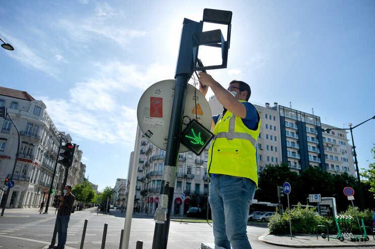 Primeiro semáforo do Mundo para daltónicos chega a Lisboa