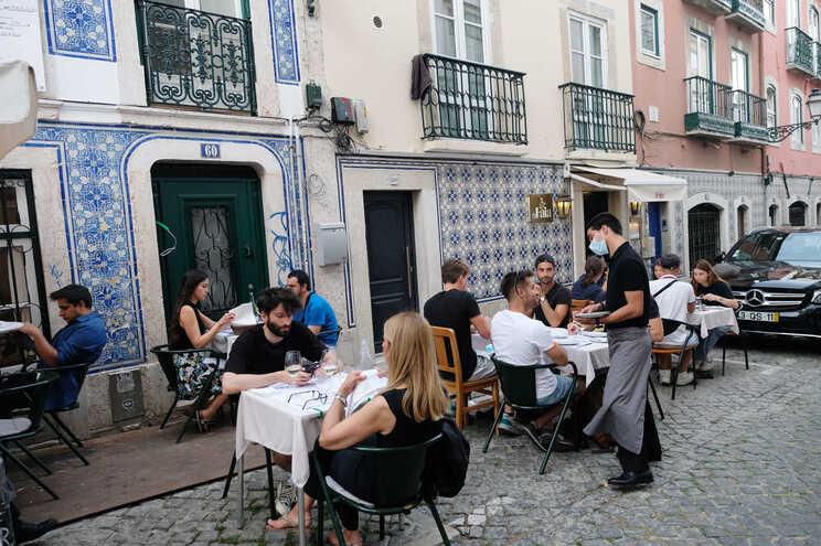 Nos restaurantes, estabelecimentos turísticos e alojamentos locais deixa de ser necessário apresentar