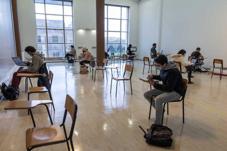 Universidades adiam exames e antecipam segundo semestre