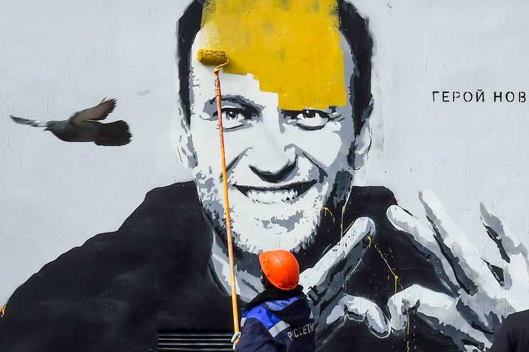 A Polícia cobriu com tinta amarela um mural dedicado a Alexei Navalny, em São Petersburgo