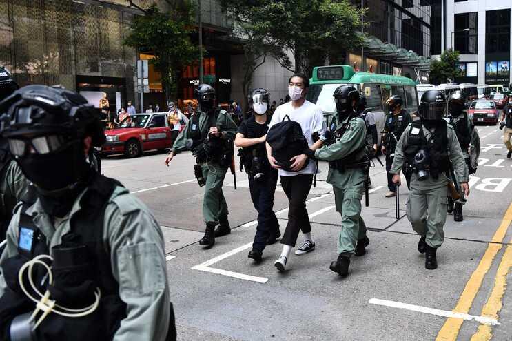 Autoridades de Hong Kong detiveram um ano depois da publicação da lei de segurança nacional mais de 100