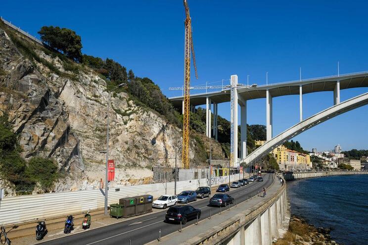 Obras na escarpa junto à Ponte da Arrábida