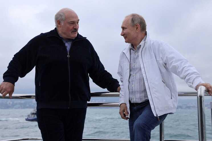 Os presidentes da Bielorrússia e da Rússia, Alexander Lukashenko e Vladimir Putin
