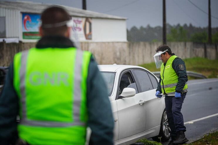 Autoridades têm fiscalizado o cumprimento do estado de emergência