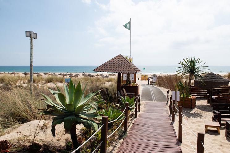 Autarquia de Almada proibiu o acesso às praias da Caparica no âmbito do confinamento geral em vigor