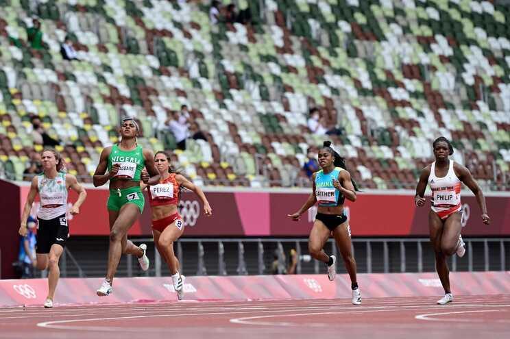 A atleta bielorrussa Krystsina Tsimanouskaya (E) a competir nos Jogos Olímpicos