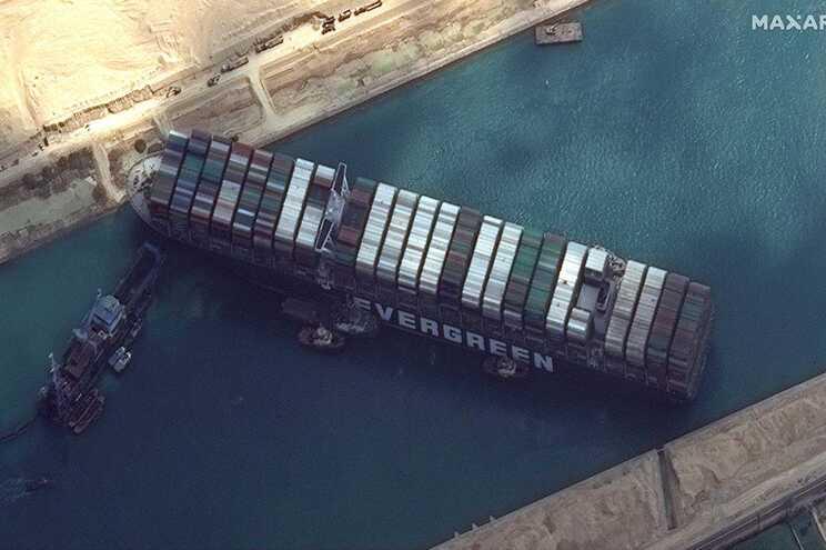 O navio, do tamanho de um arranha-céus, parou o Canal do Suez, quando, na noite de terça para quarta-feira