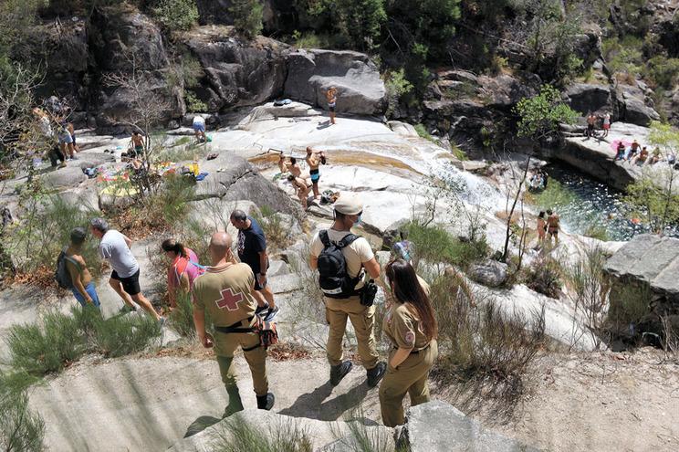Autoridades mantêm uma presença visível de forma a evitar atropelos à lei e acidentes no Parque Natural