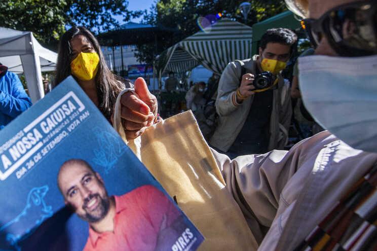 Inês de Sousa Real, porta-voz do PAN, esteve esta manhã em campanha, em Matosinhos, com o candidato Nuno