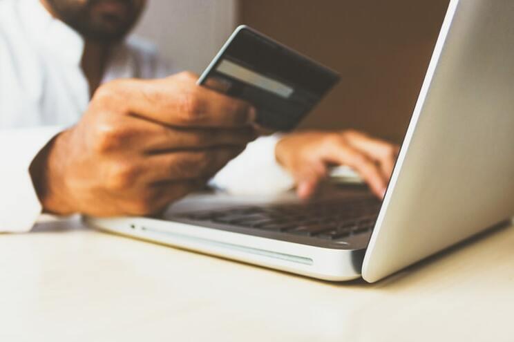Portugueses são quem menos compras online faz na União Europeia