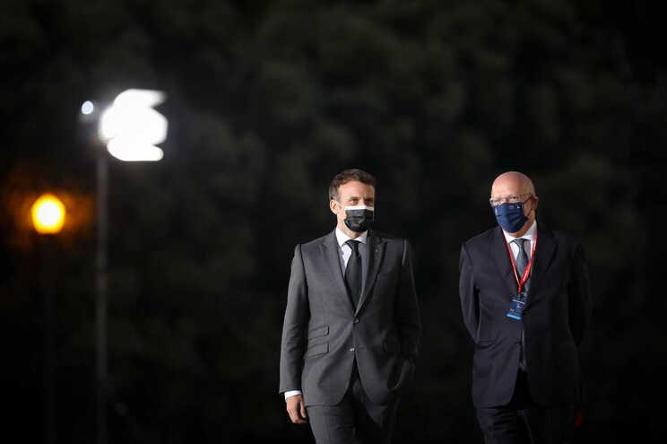 O presidente francês, Emmanuel Macron (E), e o ministro dos Negócios Estrangeiros português, Augusto