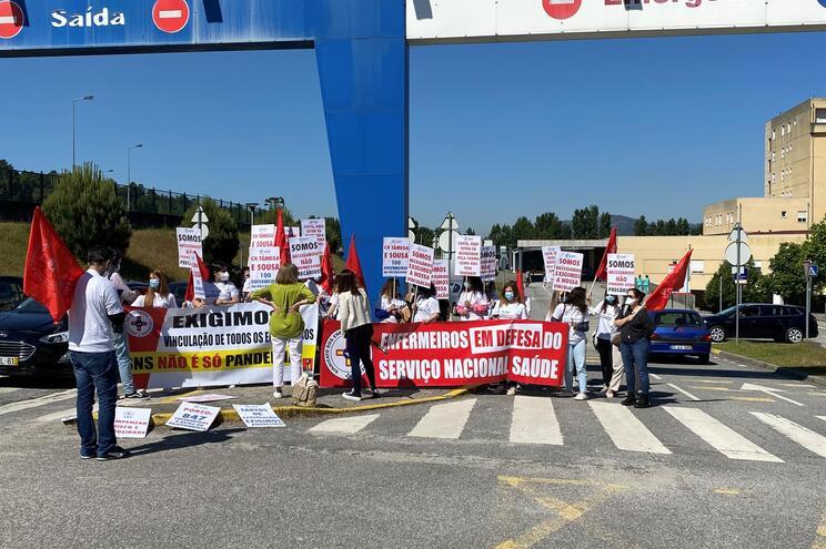 """Enfermeiros com """"contrato covid"""" manifestam-se no Hospital Padre Américo"""