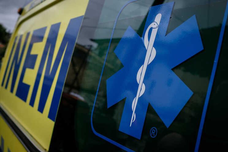 A máquina embateu contra um muro e o trabalhador sofreu ferimentos graves na cabeça