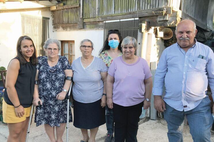 Inês, Maria de Fátima, Aurora, Júlia e Manuel ficaram isolados semanas. Fátima (com máscara) foi o elo