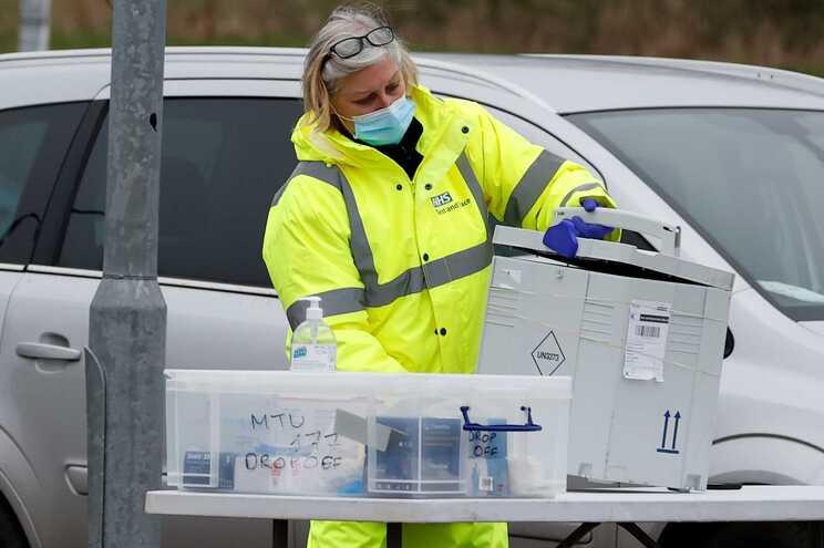 Várias localidades inglesas começam esta terça-feira a fazer análises ao domicílio para detetar e isolar