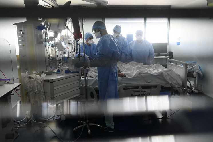 Há 992 pacientes em UCI em França