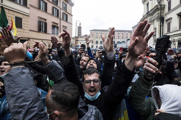 Cerca de 500 pessoas participaram hoje, em Roma, numa manifestação contra as restrições impostas por