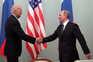 Joe Biden, então vice-presidente dos EUA, cumprimenta Vladimir Putin, durante um encontro em 2011