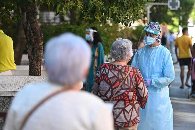 Pessoas a ser testadas ao novo coronavírus em Madrid
