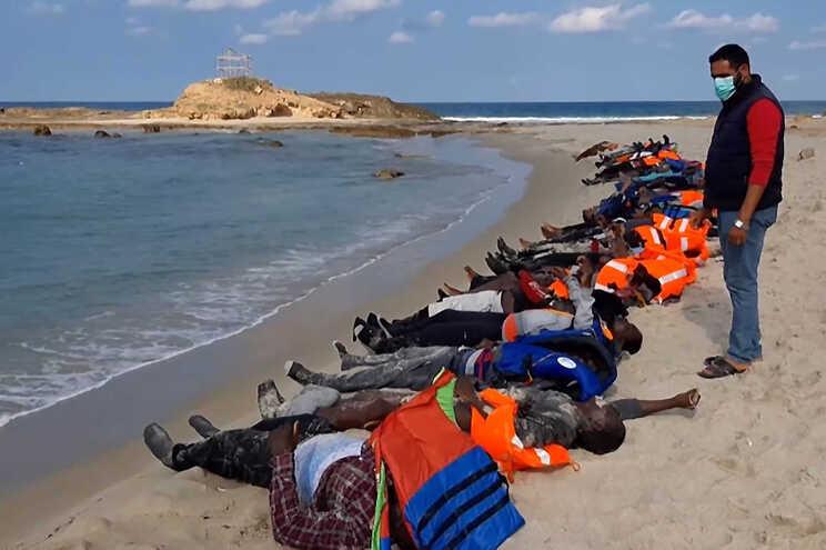 Corpos de algumas vítimas do naufrágio perto de Khoms