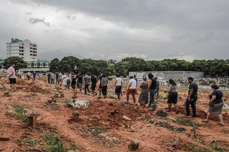 O Brasil, com 212 milhões de habitantes, concentra 358.425 vítimas mortais e 13.599.994 infeções desde